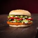 Leckeres, knuspriges Hähnchenfleisch auf einem exklusiven Burger