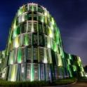 Imposant ragen die Gebäude in den Kölner Nachthimmel hinein