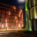 Rot und grün strahlen die Gebäude dem Fotografen in die Linse