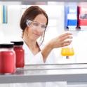 Unser Model Scherin bei der Arbeit im Labor