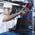 Fotografie von Mechaniker und Industrieanlagen
